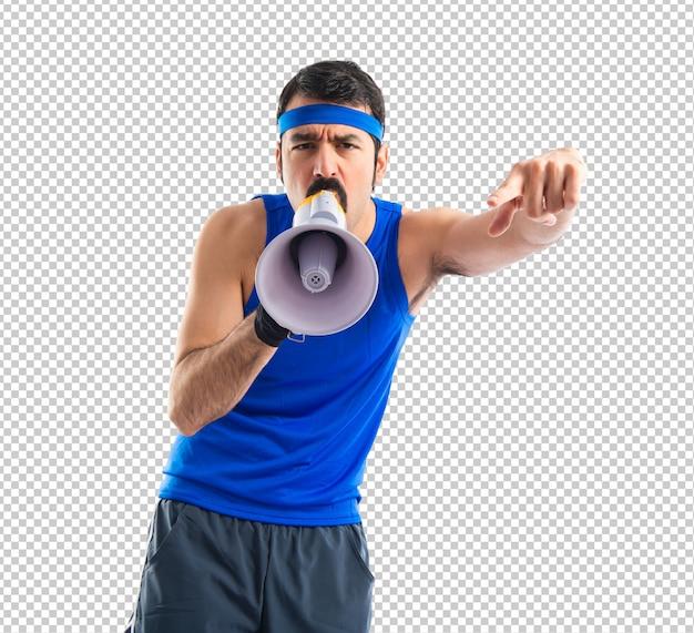 Esportista gritando pelo megafone