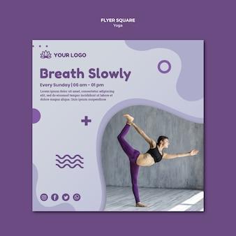 Estilo de panfleto quadrado de conceito de ioga
