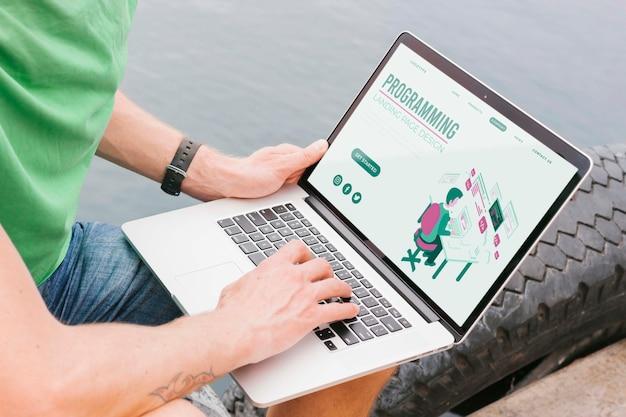 Estudante do sexo masculino close-up trabalhando no laptop