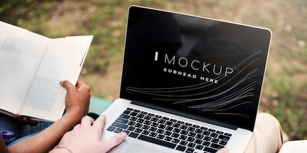 Estudante trabalhando em sua missão em um modelo de tela do laptop