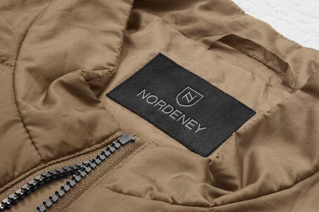 Etiqueta de jaqueta bege de maquete de logotipo Psd Premium