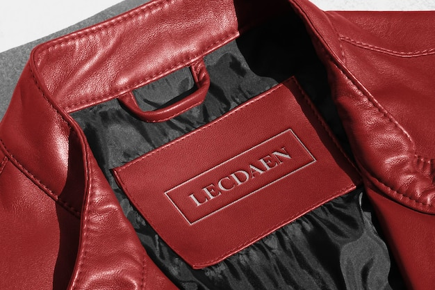 Etiqueta de jaqueta de couro vermelha de maquete de logotipo Psd grátis