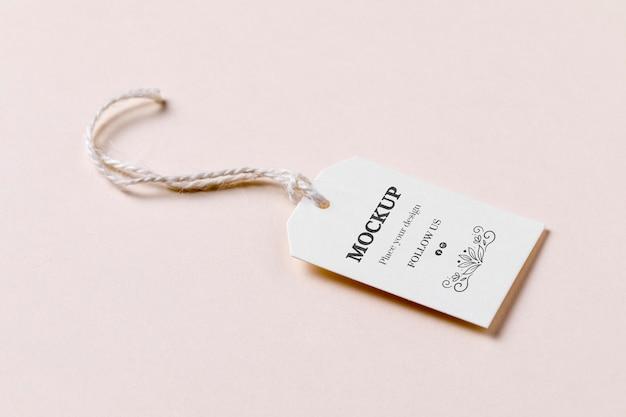 Etiqueta de preço com desconto em fundo rosa