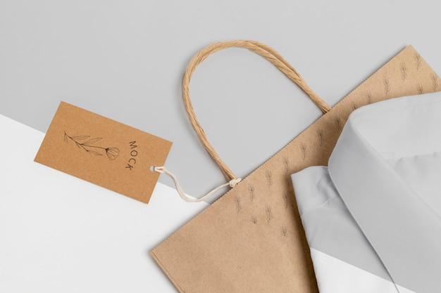 Etiqueta de preço ecológica e sacola de papel com modelo de camisa formal