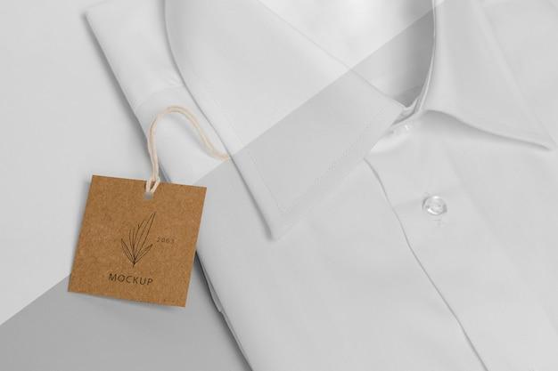Etiqueta de preço ecológica em modelo de camisa formal