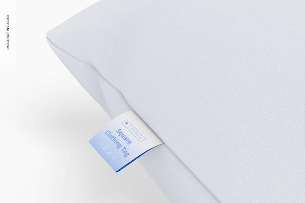 Etiqueta de roupa quadrada na maquete de travesseiro