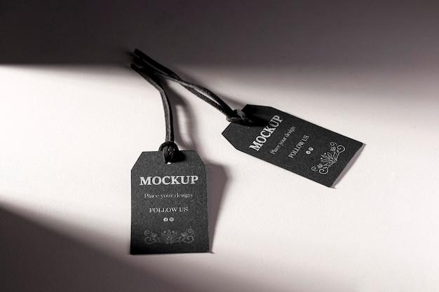 Etiquetas pretas de mock-up com desconto para roupas