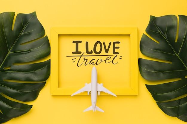 Eu amo viajar, lettering citação na moldura amarela com folhas de avião e palma