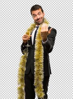 Evento de férias de natal. homem com champanhe comemorando o ano novo 2019