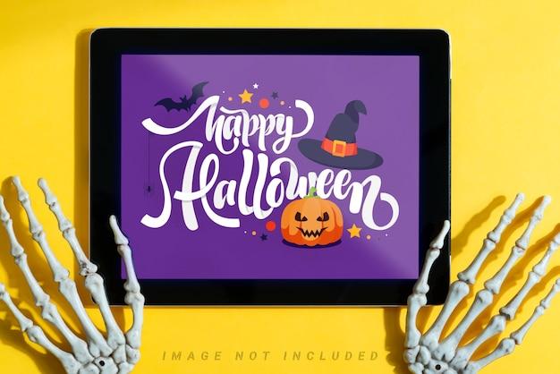 Exibição de filme de halloween em casa com maquete de tablet