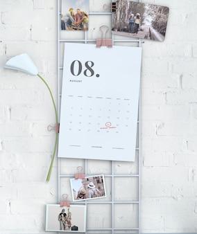 Exibição de parede pendurado mock-up do calendário
