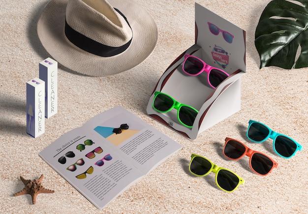 Expositor de óculos de sol na areia da praia