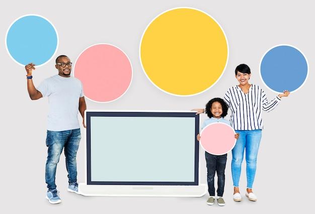 Família feliz com uma tela de laptop em branco