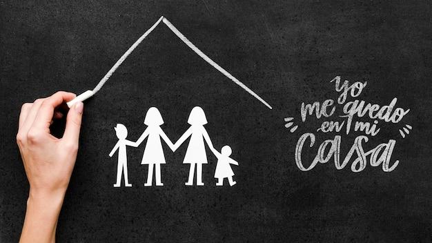 Família gay com crianças sob o mesmo modelo de telhado