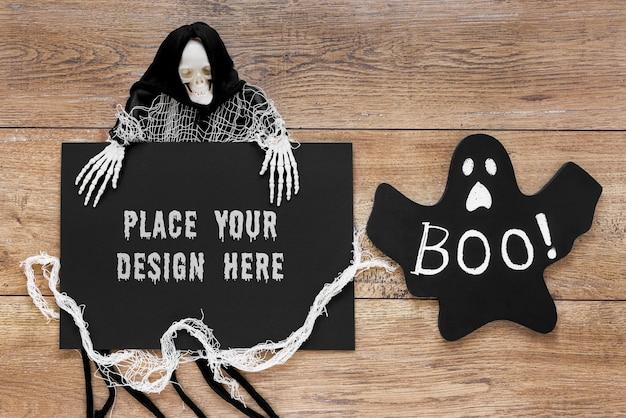 Fantasmas assustadores na mesa de madeira