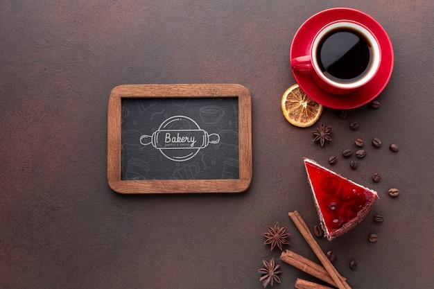 Fatia de bolo com café e maquete do quadro-negro