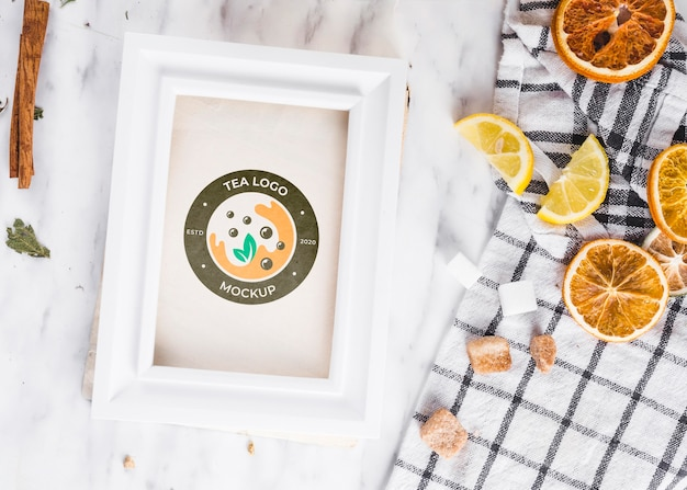Fatias de frutas cítricas e maquete de chá de laranja