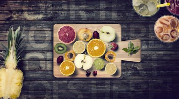 Fatias de frutas cítricas na maquete da placa de corte