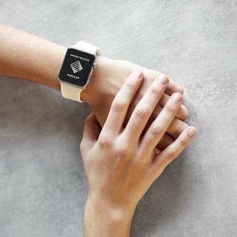 Feche a mão usando relógio inteligente