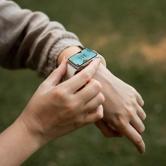 Feche a mão usando relógio