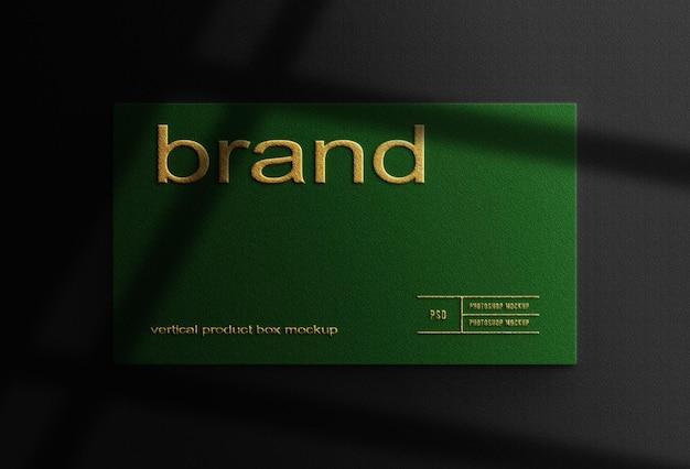 Feche a maquete da caixa verde com relevo dourado