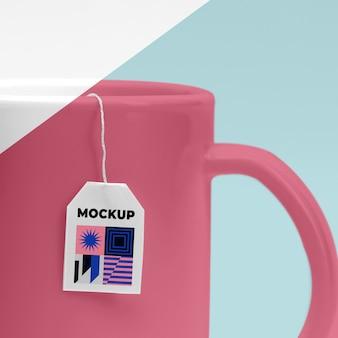 Feche a maquete da xícara de chá