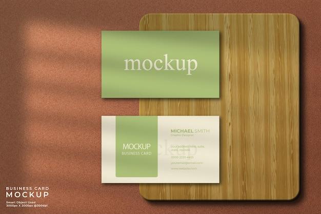 Feche a maquete de cartão de visita horizontal com madeira
