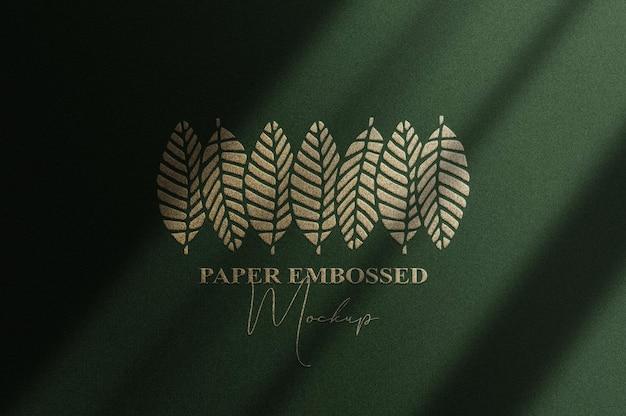 Feche a maquete do logotipo em relevo dourado com fundo verde