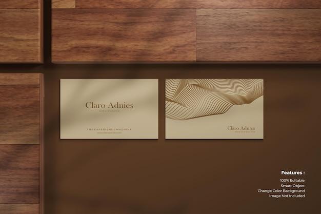 Feche a maquete horizontal do cartão de visita na madeira