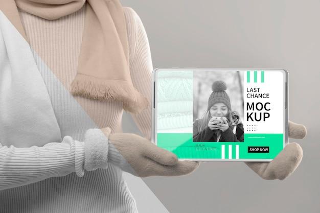 Feche o modelo segurando a maquete do tablet Psd grátis