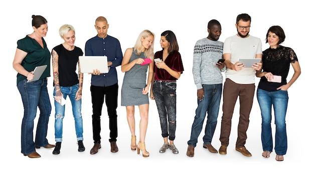 Felicidade grupo de pessoas sorrindo e conneted por dispositivos digitais