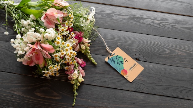 Feliz aniversário flores com maquete de cartão