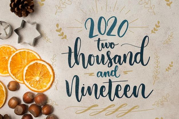 Feliz ano novo 2020 conceito com fatias de laranja