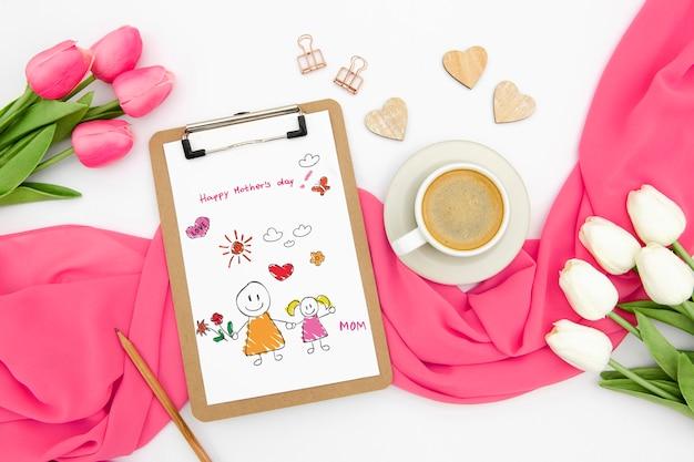 Feliz dia das mães com bloco de notas e tulipas