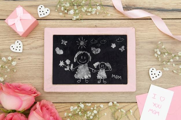 Feliz dia das mães com desenho de lousa e rosas