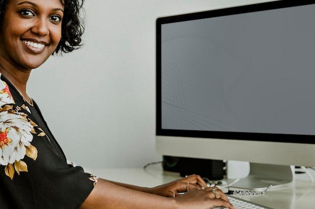 Feliz empresária negra trabalhando em casa