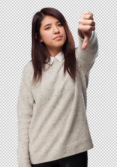 Feliz mulher chinesa sinal de polegar para baixo