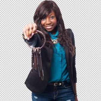 Feliz mulher negra segurando as chaves