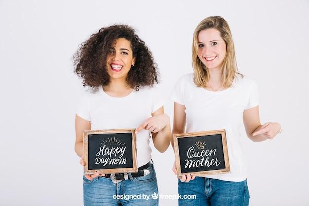 Feliz, mulheres, mostrando, ardósia