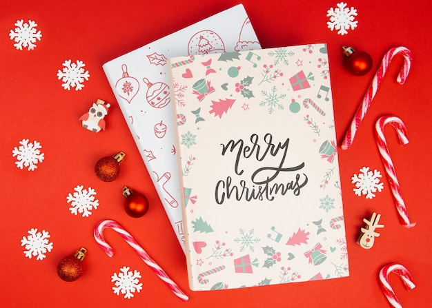 Feliz natal doodle livro com bolas de natal e flocos de neve