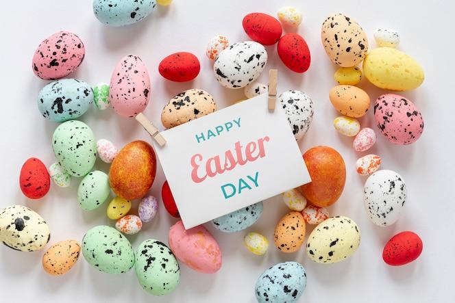 Feliz páscoa com ovos coloridos