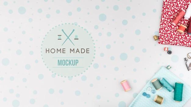 Fios e ferramentas para mock-up de produtos de tricô