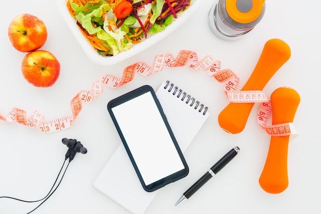 Fitness saudável e modelo de plano de dieta em tablet com telefone móvel de tela em branco