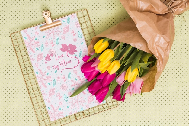 Flat lay dia das mães composição com mockup de prancheta Psd grátis