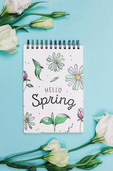 Flat lay notepad mockup com conceito de primavera