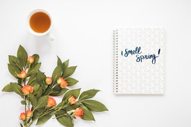 Flat lay notepad mockup para a primavera
