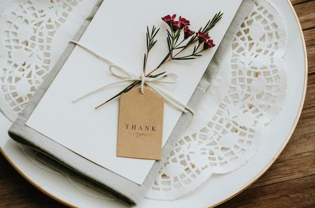 Flor de cera com maquete de cartão artesanal