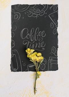 Flor no quadro-negro