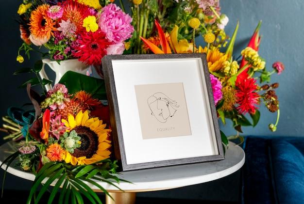 Flores ao redor da maquete da moldura da foto