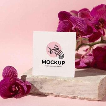 Flores contemporâneas de natureza morta com modelo de cartão